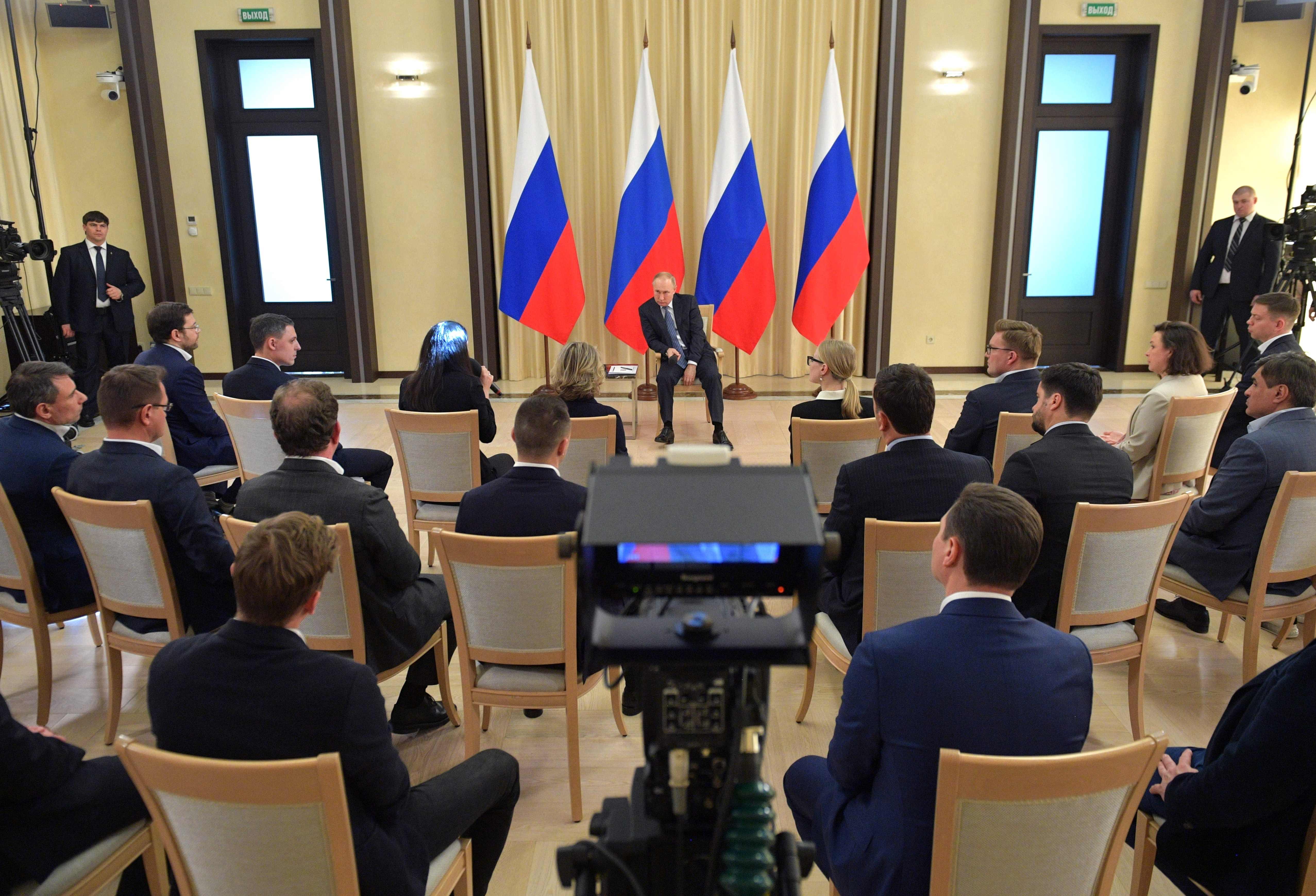 القيصر في لقاء بالكرملين مع مستثمرين روس، لكن الأوليغارشية المالية لتلك البلاد جاءت من بطانة بوتين