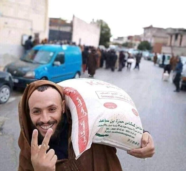 صورة لشخص يحمل كيس سميد  في الجزائر-مواقع التواصل الإجتماعي.jpg