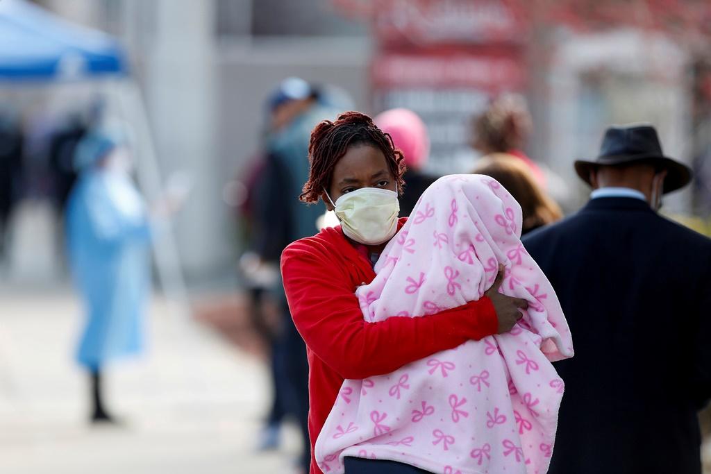 وظائف كثيرة يؤديها طلبة أقسام الطب المتطوعين خلال أزمة كورونا في المستشفى أم خارجها (أ.ف.ب )