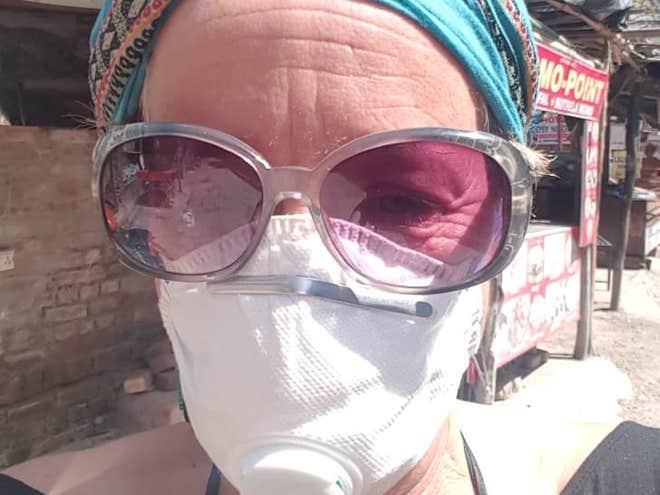 صورة سامانثا سميث وعلى وجهها القناع الطبي لوقايتها من كورونا (عن سام سميث)