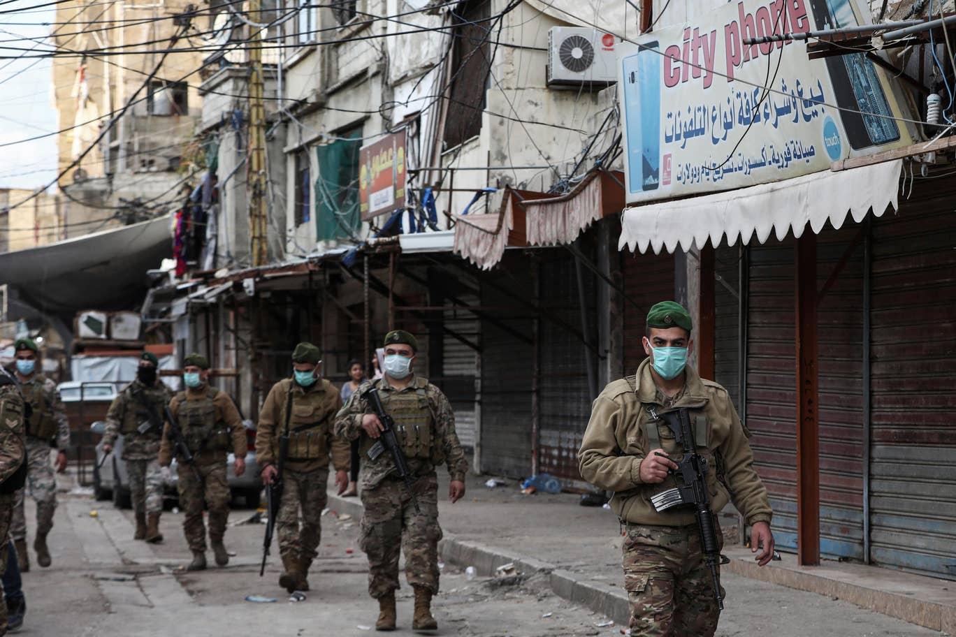 """قوة من الجيش اللبناني خلال جولة أمنية في """"مخيم صبرا"""" للاجئين الفلسطينيين جنوب بيروت (أ.ف.ب وغيتي)"""