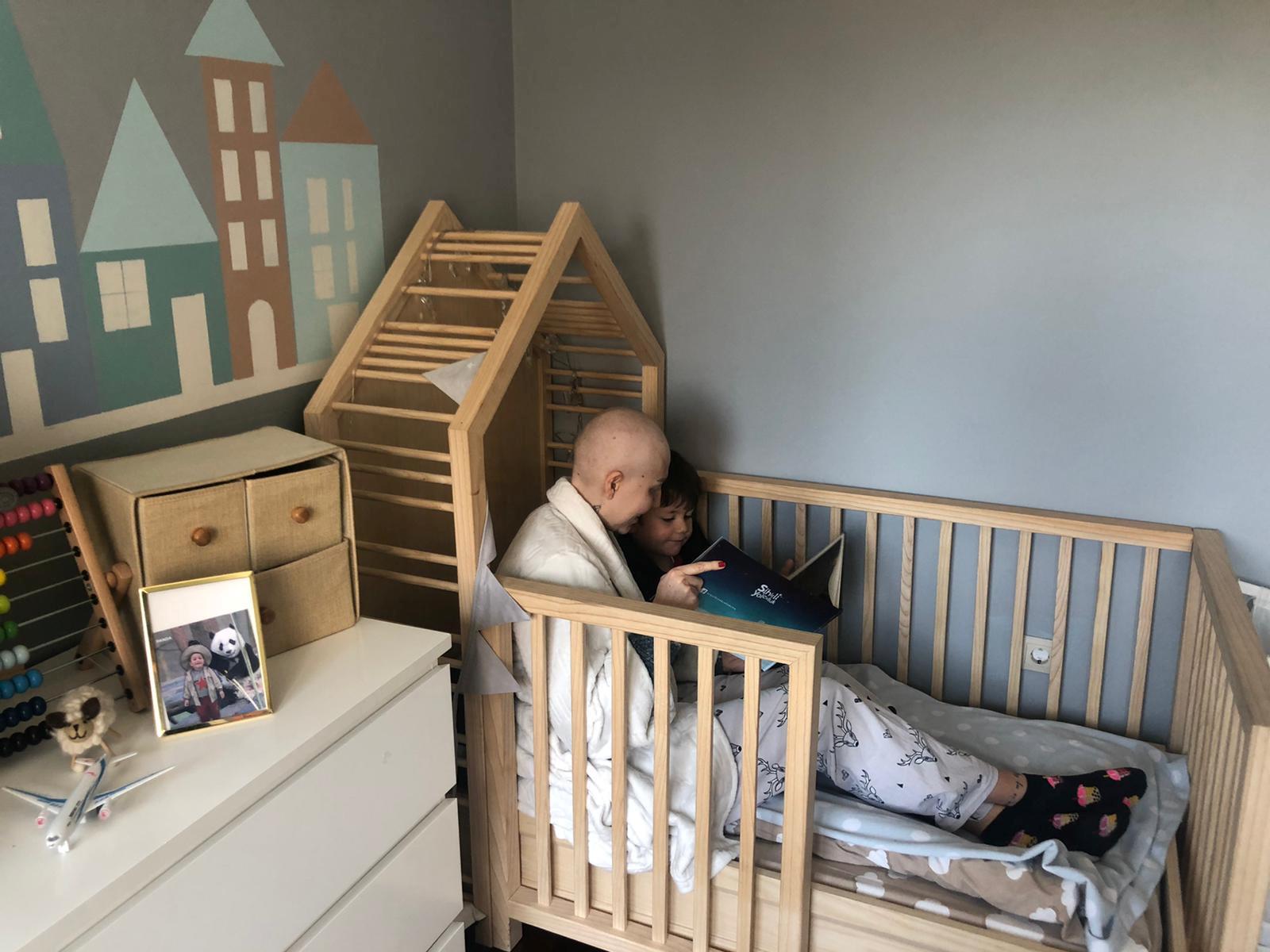 أم تصارع السرطان تقرأ لطفلتها في العزل المنزلي في اسطنبول