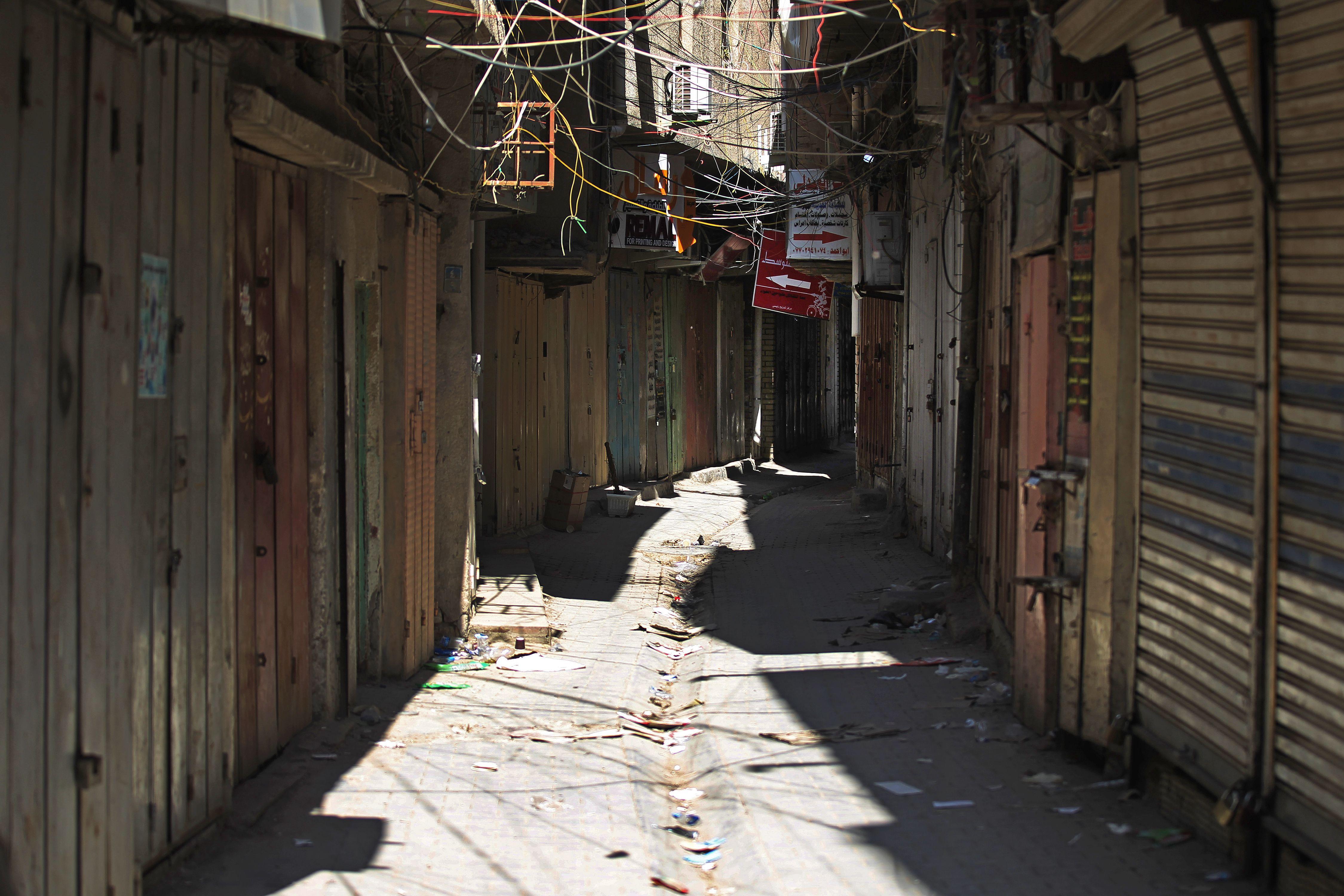 شارع المتني وقد أحاله وباء كورونا خواء لاتقربه الصفحات والحروف