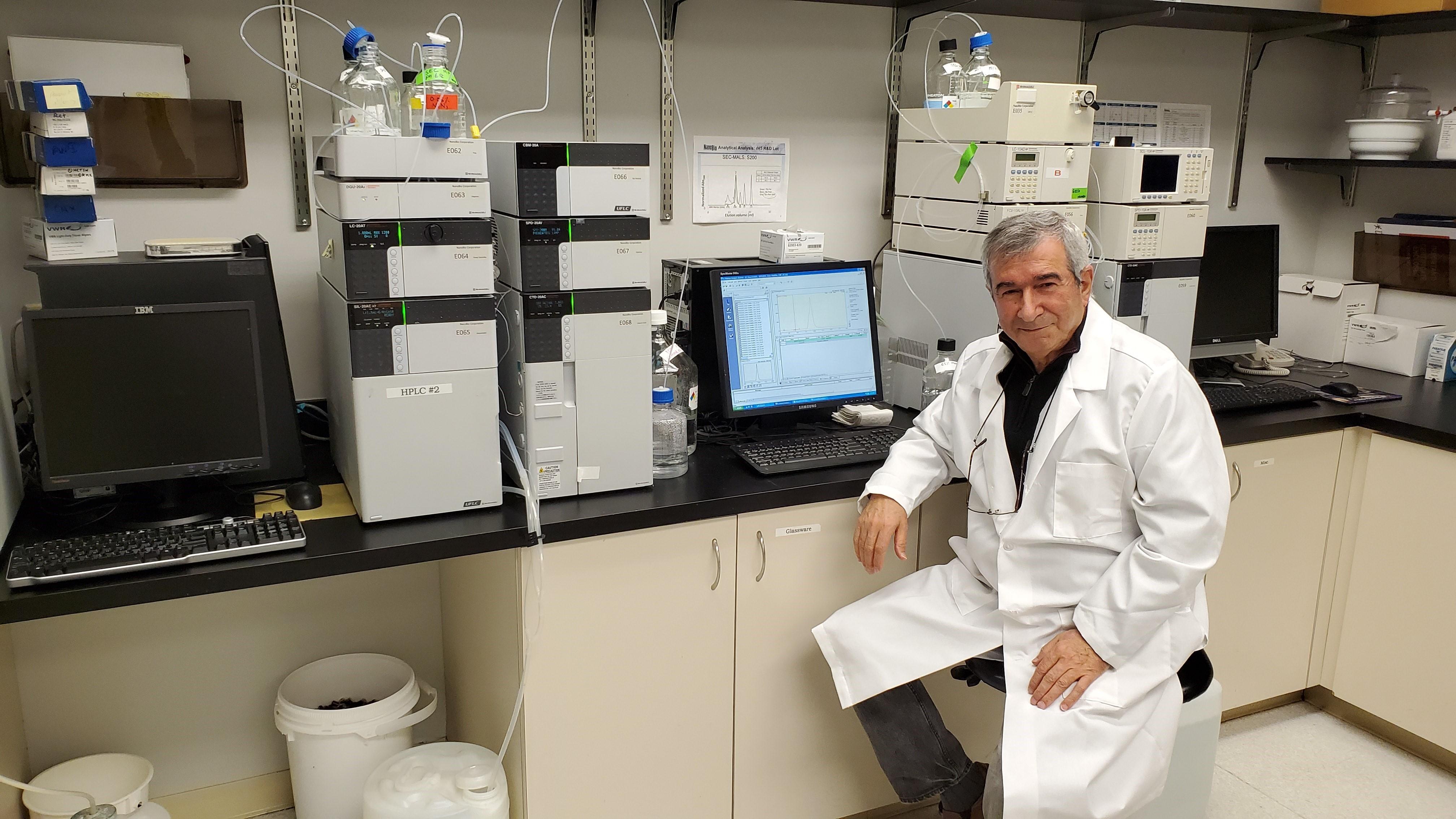الدكتور علي فطوم في مختبر الأبحاث بجامعة ميشيغان (اندبندنت عربية).jpg