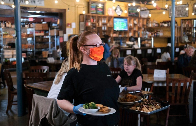 نادلة بمطعم في تينيسي بعد السماح يوم الاثنين الماضي باستقبال العملاء..jpg