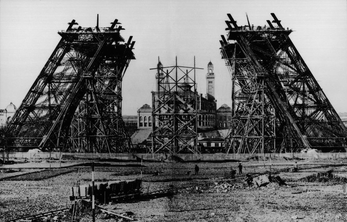 مراحل التشييد الأولى من موقع برج إيفل.jpg