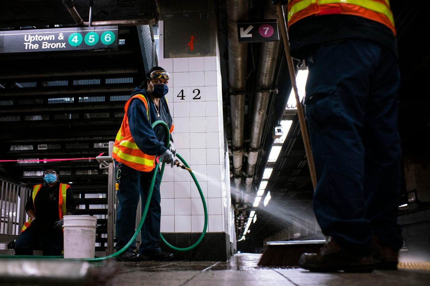 عمليات تنظيف مستمرة لضمان سلامة الركاب والموظفين (غيتي).jpg
