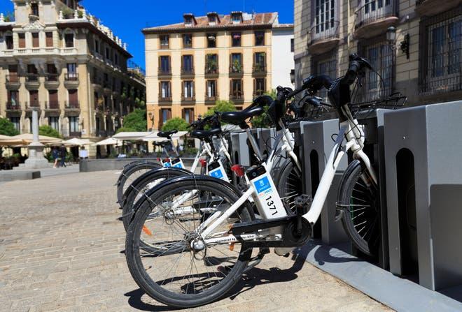 أصبح استئجار الدراجة الكهربائية متاحا للجميع في كثير من العواصم الأوروبية