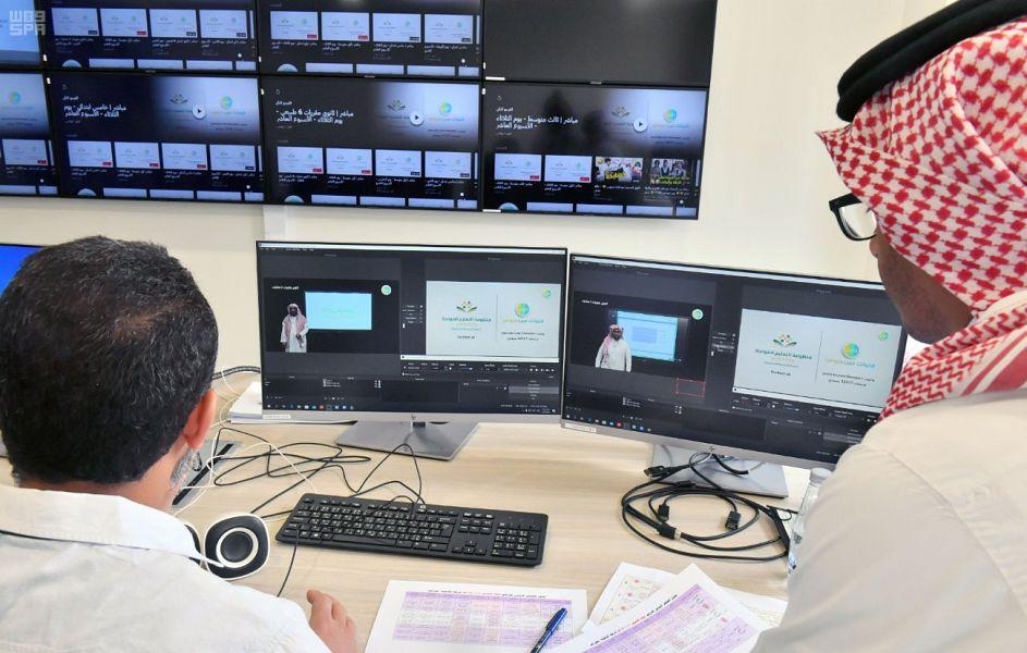 تواصل الطلاب مع المعلمين عبر الفصل الافتراضي في السعودية (واس).jpg