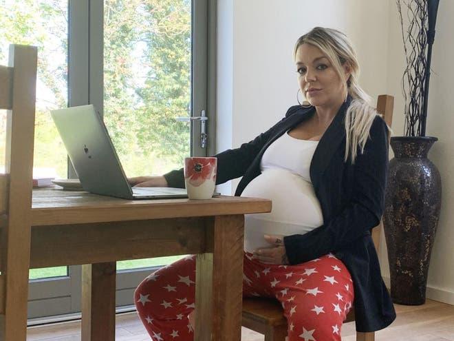 """الممثلة شيريدان سميث بدور """"ميل"""" في مسلسل هوم تروث  Home Truth (عن القناة الثالثة البريطانية)"""