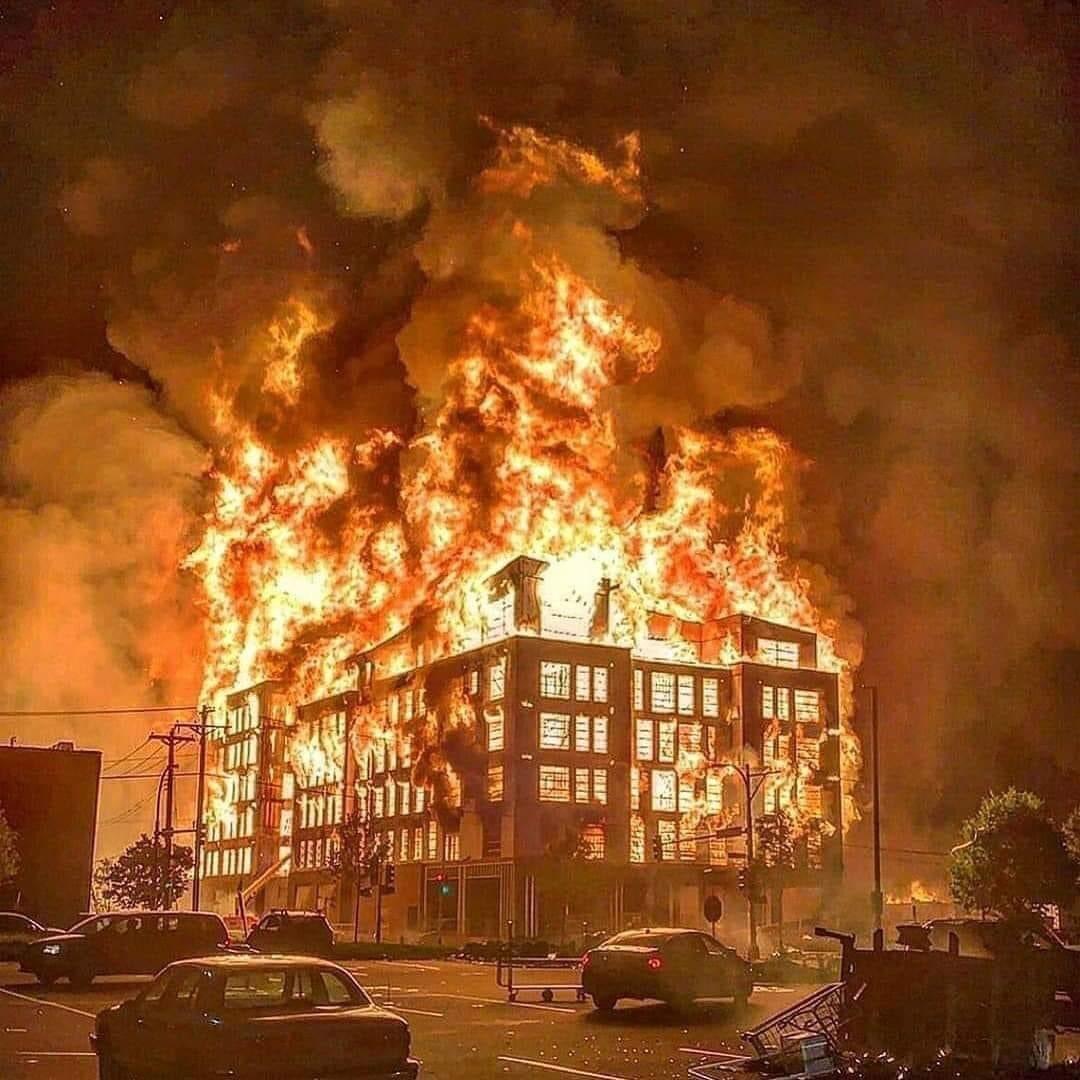 مركز شرطة بولاية مينيسوتا بعد أعمال عنف وحرائق أشعلها المتظاهرون (مواقع التواصل الاجتماعي).jpg