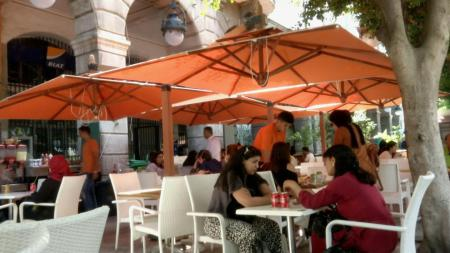 تونس تعيد فتح دور العبادة والمقاهي والمطاعم (أ.ف.ب).jpg