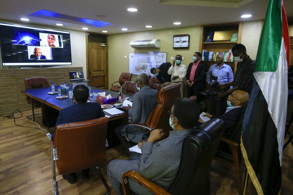 زير الري والموارد المائية السوداني ياسر محمد في لقاء بالفيديو بالوزارة في الخرطوم في 9 يونيو 2020 ، حول سد النهضة الإثيوبي. ا ف ب.jpg