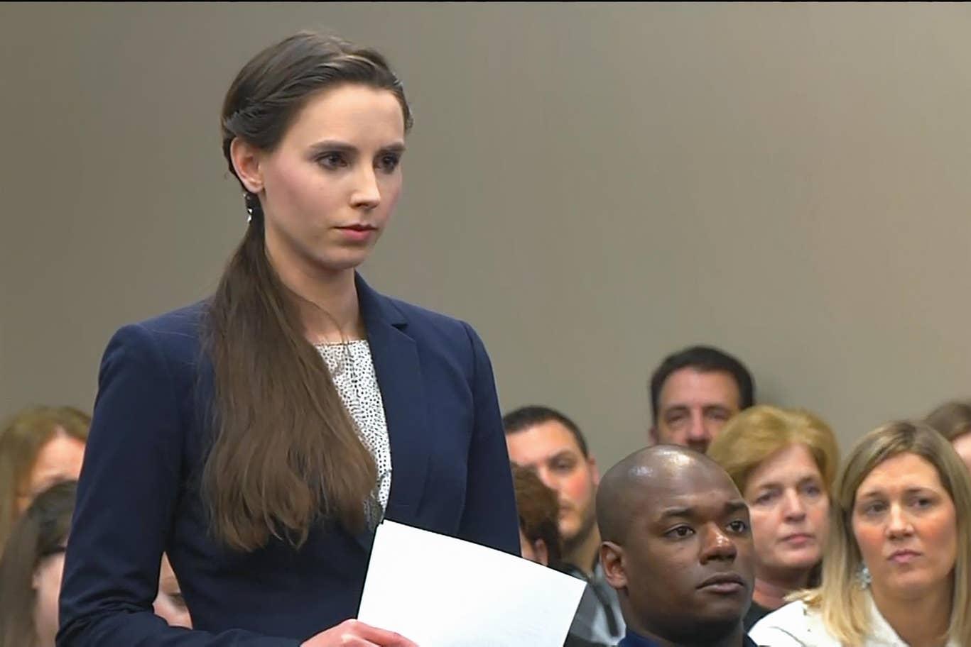 بطلة الجمباز الأميركية أثناء وقوفها في المحكمة وكشفها الوقائع عن اعتداءات الدكتور لاري نصّار عليها ومئات غيرها
