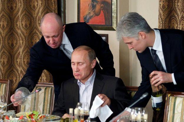 يفغيني_بريغوزين_(على_يسار_الصورة)_يقدم_العشاء_للرئيس_الروسي._-_رويترز.jpg
