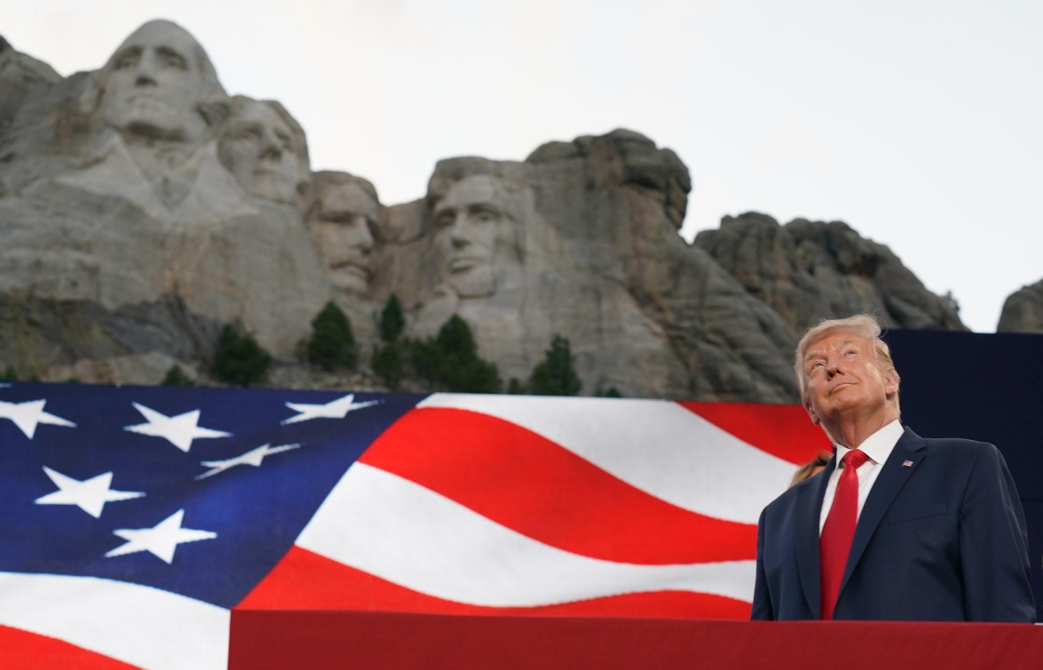 ترمب لدى وصوله إلى جبل راشمور. (نيويورك تايمز).jpg