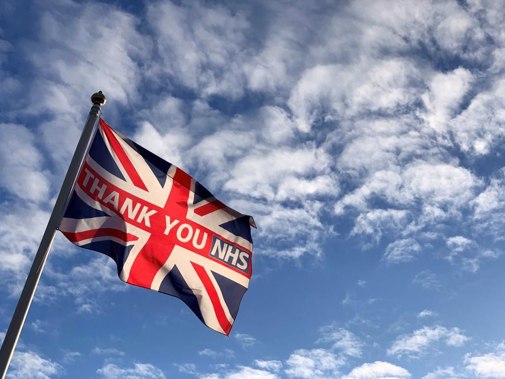 علم المملكة المتحدة وكتبت عليه عبارات شكر لخدمة الثحة الوطنية في عيدها الـ72 (رويترز)
