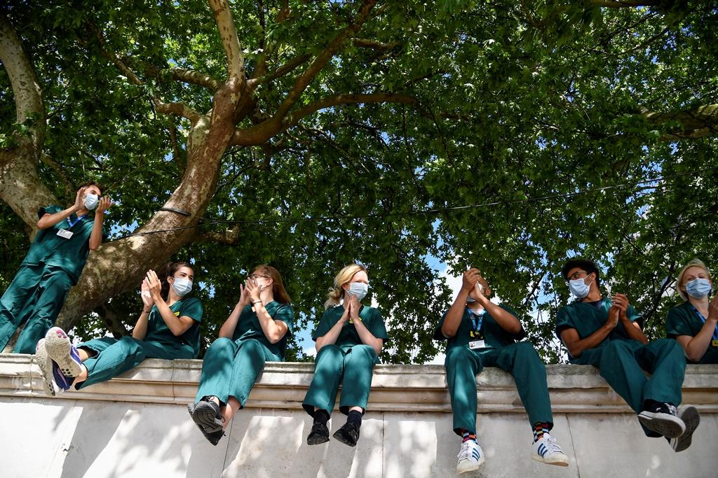 يعتمد قطاع الصحة البريطاني على استيراد الأطباء من دول أوروبية وآسيوية (رويترز)