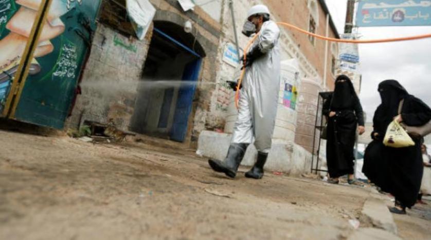 عامل صحي يقوم بتعقيم سوق في صنعاء وسط مخاوف من انتشار فيروس كورونا (رويترز).jpg