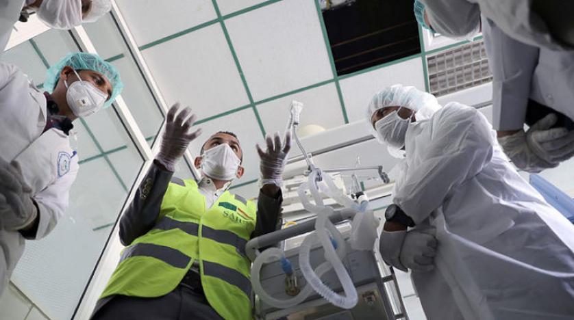 ممرضون يتلقون تدريبا على استخدام جهاز تنفس صناعي في صنعاء (رويترز).jpg