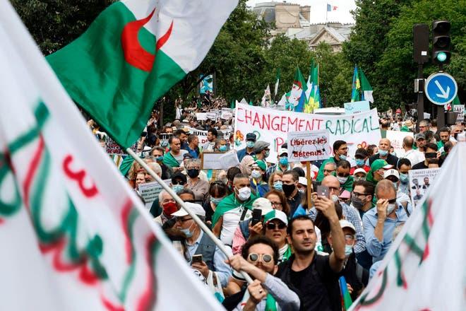 الاحتجاجات الجزائرية اتسمت بالسلمية لكن جائحة كورونا أعاقت تطورها (غيتي)