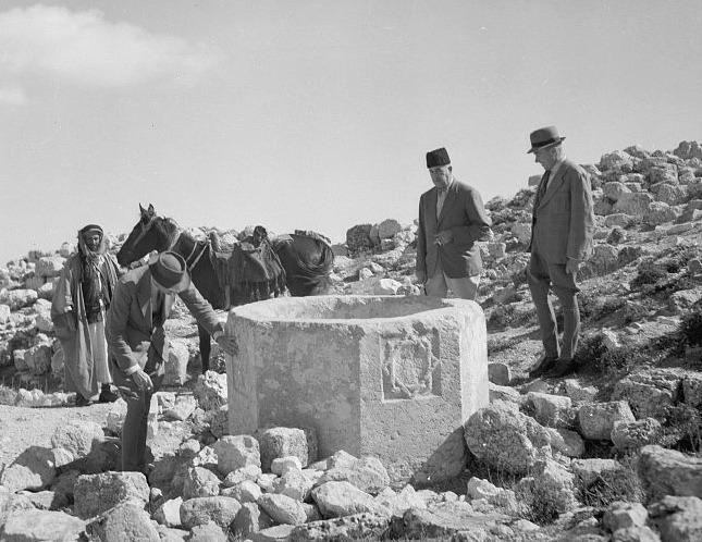 بعثة أجنبية تقوم بدراسة الموقع الأثري في خربة تقوع عام 1940 (وزارة السياحة والآثار الفلسطينية)