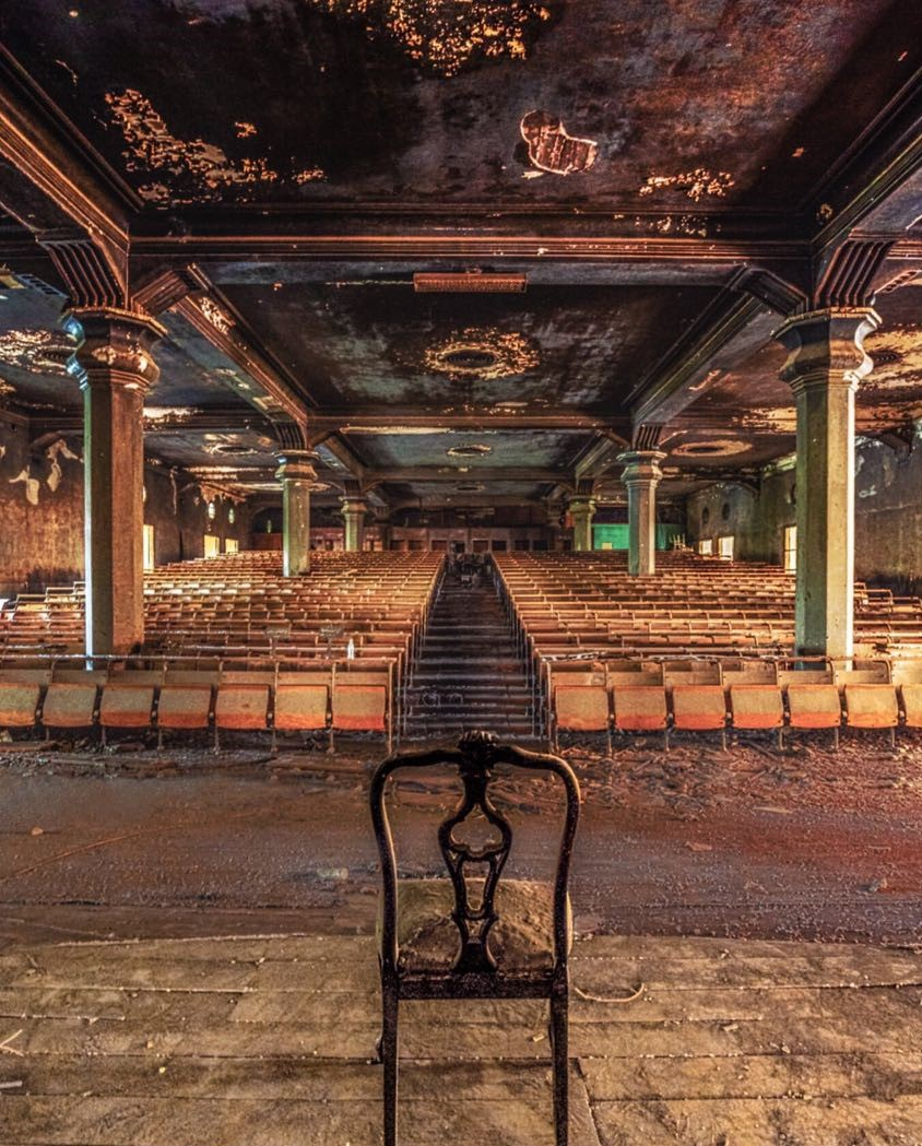 قاعة داخل القصر.jpeg