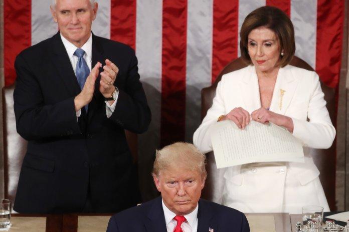 تمزيق نانسي بيلوسي خطاب ترمب من اللحظات المتوترة في علاقة الرئيس مع المؤسسة التشريعية