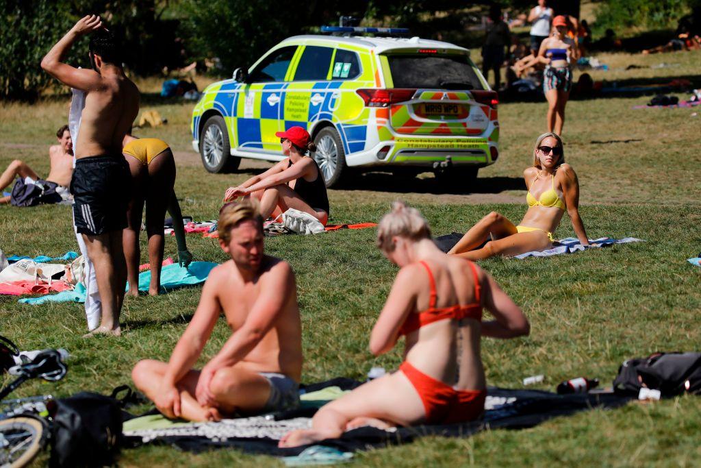 تطبيق التباعد وإغلاق كورونا شكل تحد غير مسبوق للشرطة البريطانية (أ.ف.ب وغيتي)