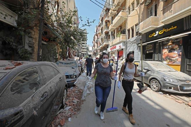 في غياب الأجهزة الرسمية للدولة متطوعون يساهمون في رفع ركام انفجار بيروت (أ.ف.ب)