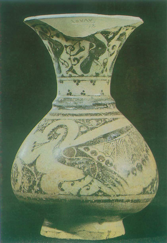 مزهرية من الخزف مزينة بالطاووس والأزهار صنعت في دمشق (متحف دمشق الوطني)