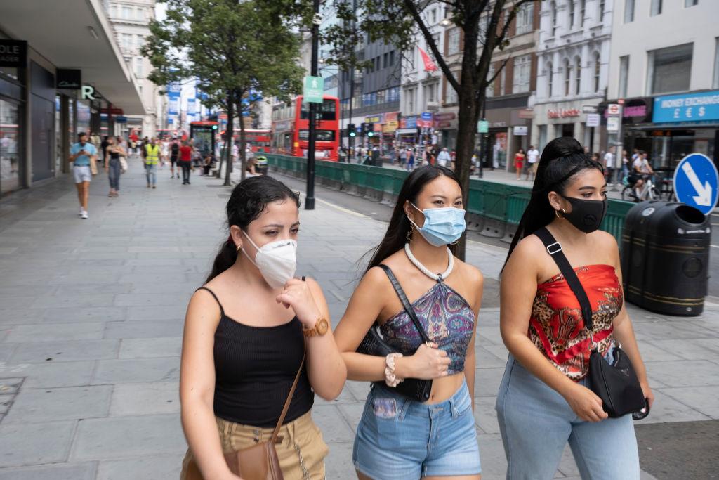 فرض ارتداء الكمامة في الأماكن المغلقة يتعرض لمعارضة من منطقة لمنطقة إنجليزية (غيتي)