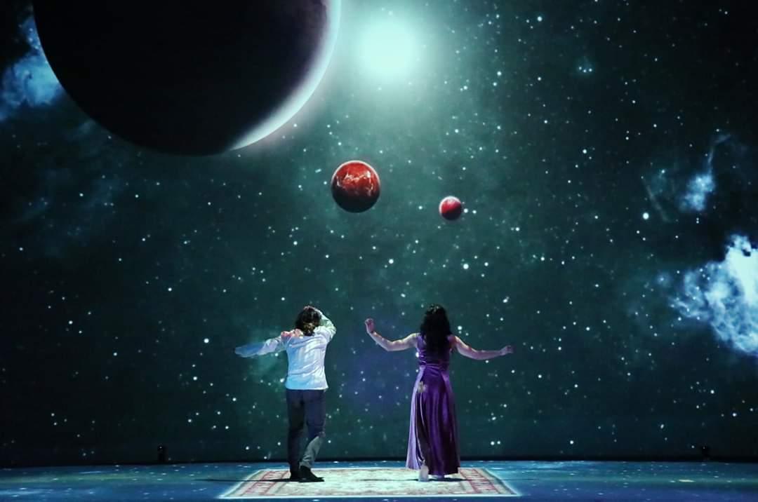 لقطة من العرض البصري الراقص المنديل لمخرجه بسام حميدي.jpg