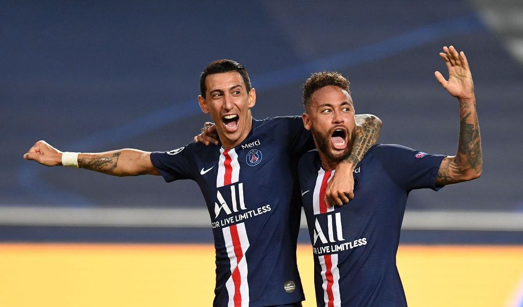 النجم الدولي نيمار محتفلا بتأهل فريقه باريس سان جيرمان إلى نهائي كأس أبطال أوروبا وإلى جانبه اللاعب أنخل دي ماريا (أ.ف.ب)