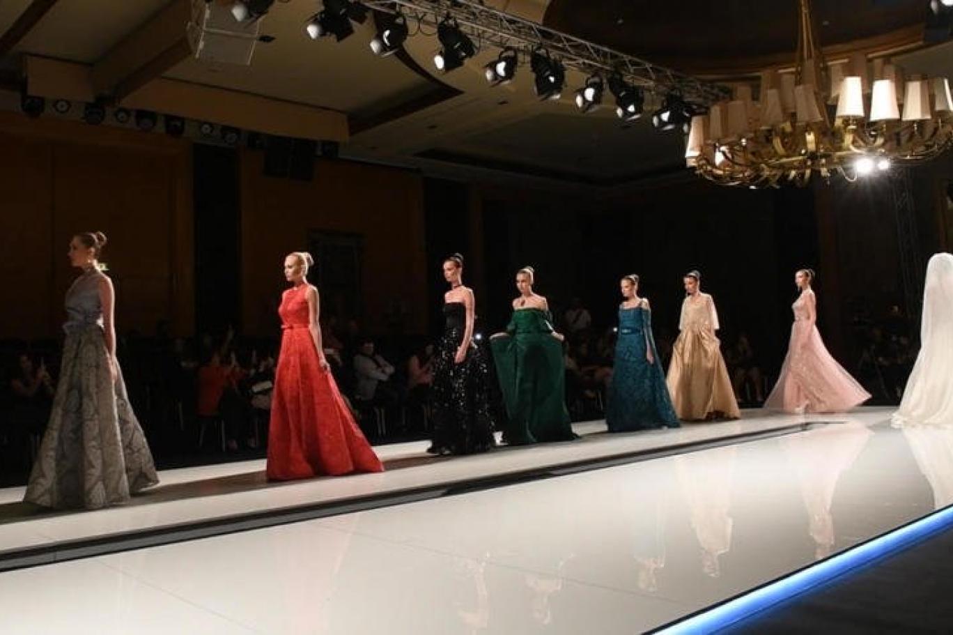 جانب من عرض أزياء للمصممة أمينة الجاسم (اندبندنت عربية).jpg