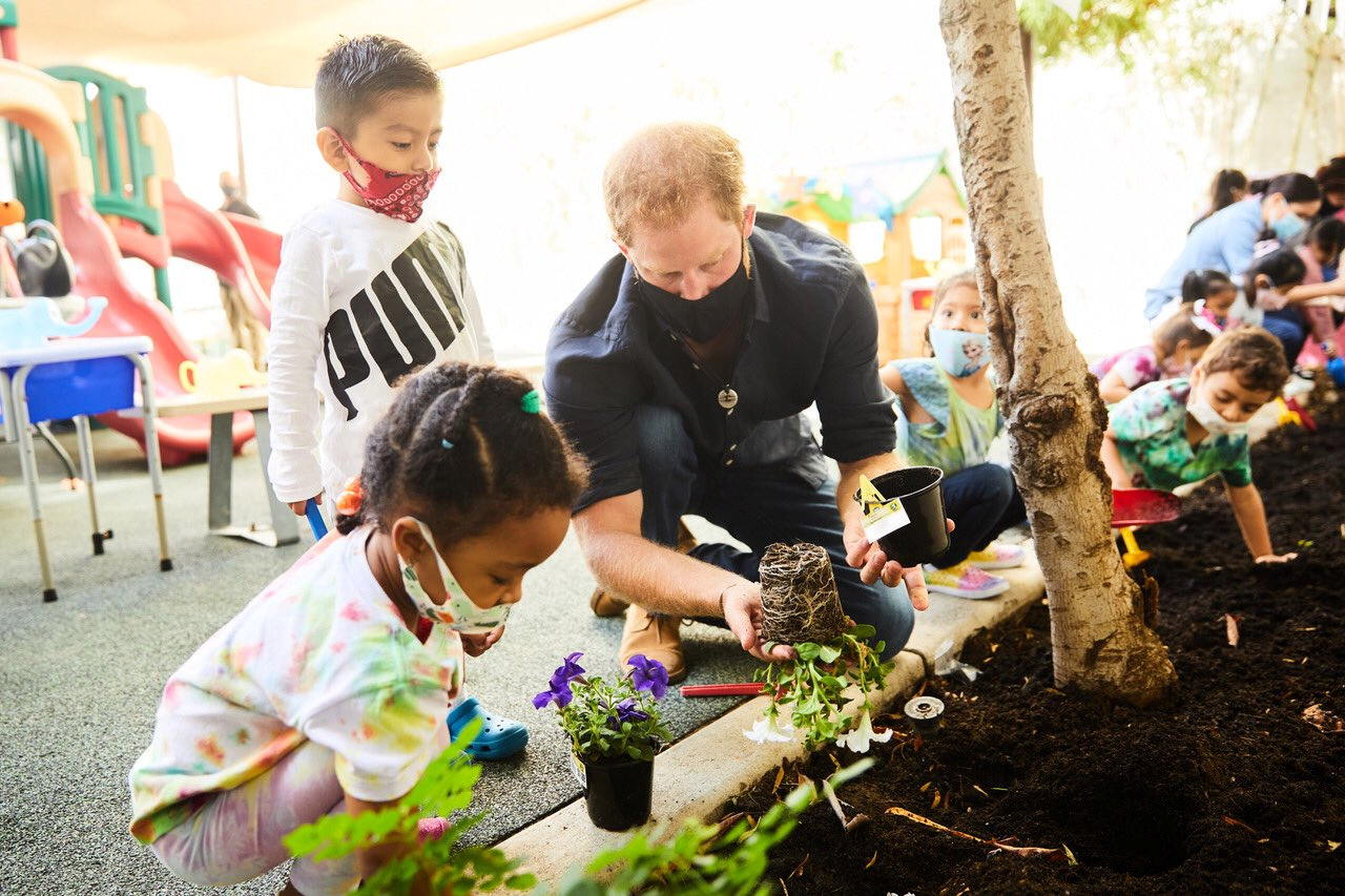 دوق ودوقة ساسيكس خلال مشاركة الأطفال بزراعة الأزهار (رويترز )