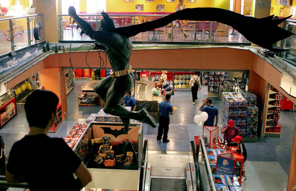 أفلام باتمان لا تحصد العائدات على شباك التذاكر ولكن أيضا من تسويق المنتجات المتعلقة بالرجل الوطواط (غيتي)