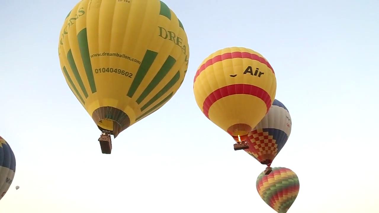 انطلاق رحلات بالون متجاورة في سماء الأقصر.png
