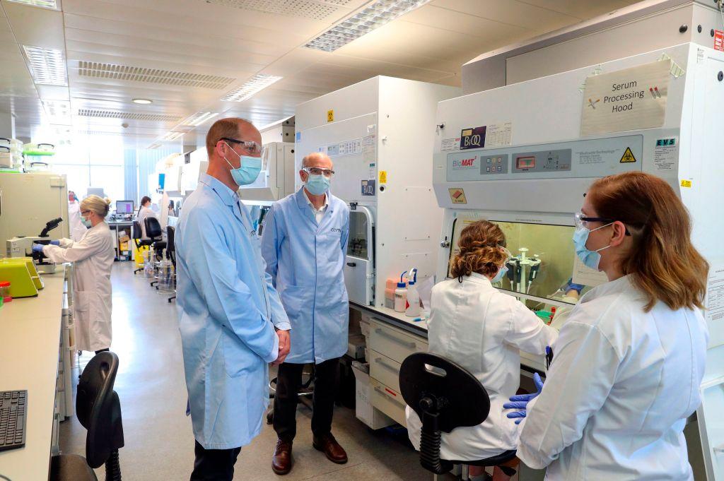 الأمير ويليام خلال زيارة تفقدية لمعهد الأبحاث في جامعة أوكسفورد البريطانية التي انتقلت إلى المرحلة الثالثة والأخيرة من التجارب لتطوير لقاح ضد كورونا (غيتي)