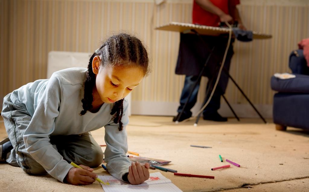 تعاني كثير من الأسر في بريطانيا من ضعف القدرة على تأمين الغذاء الأساسي للأطفال لذلك تلعب المدارس دورا في تأمين وجبة رئيسية للطفل يوميا (غيتي)