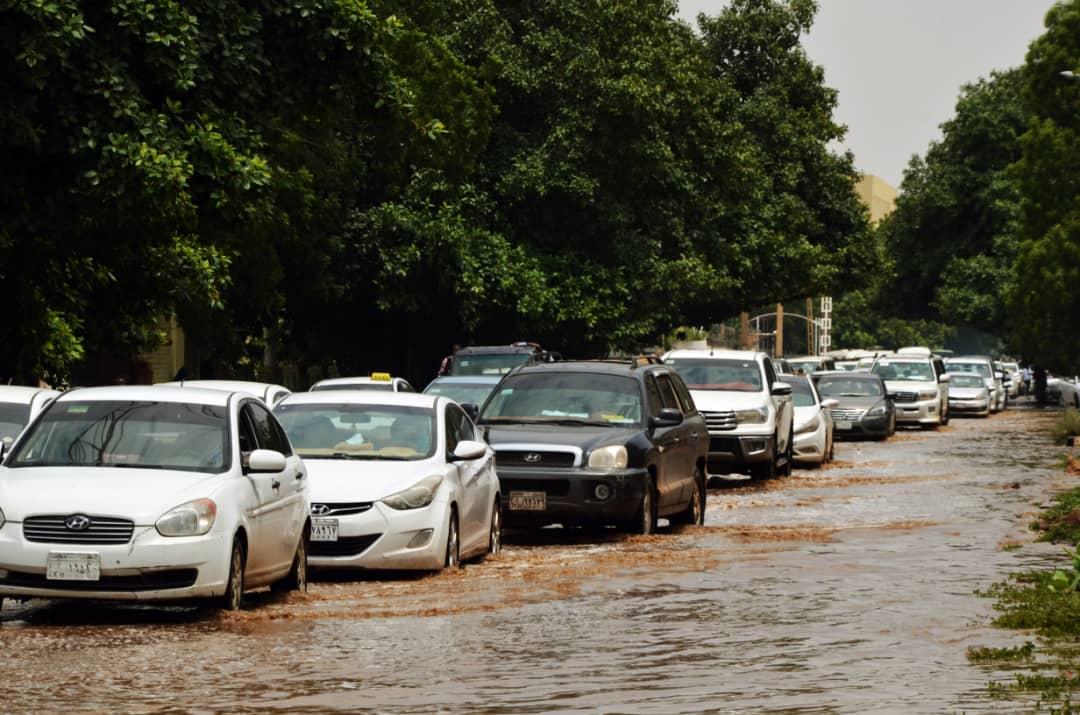 سببت مياه الأمطار إزدحاماً مرورياً في الخرطوم (اندبندنت عربية - حسن حامد)