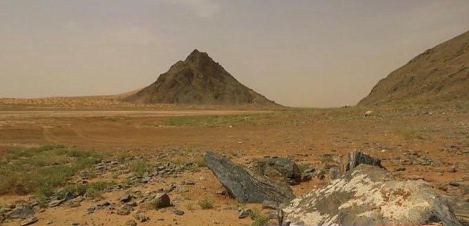 جبل خنوقة يقع شمال غرب محافظة الدوادمي  العربية.jpg