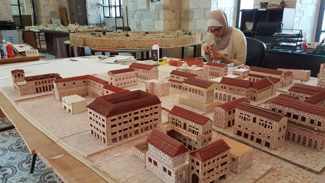 تستعد المهندسة نورا جردانة لإنهاء مجسم لنابلس في الفترة الرومانية (اندبندنت عربية)