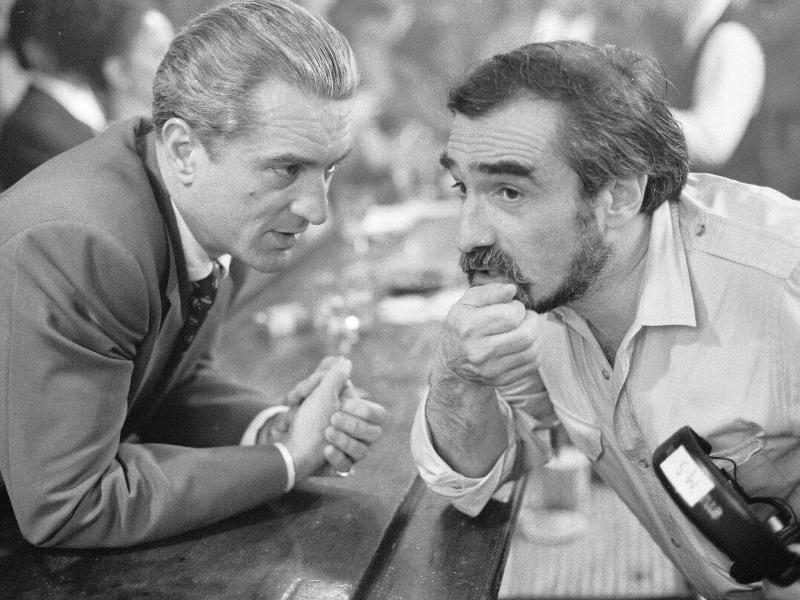 """لقطة تجمع الممثل روبرت دي نيرو (يسار الصورة) مع المخرج سكورسيزي أثناء صنع فيلم """"الأصدقاء الطيبين"""