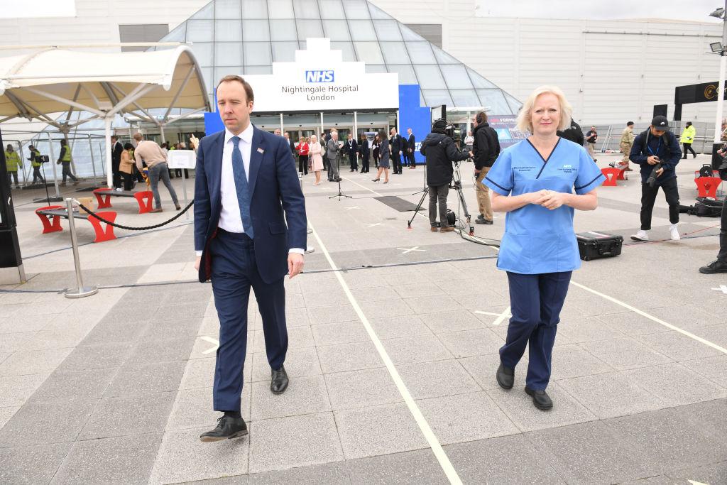 كبيرة الممرضات في بريطانيا روث ماي إلى جانب وزير الصحة مات هانكوك (غيتي)