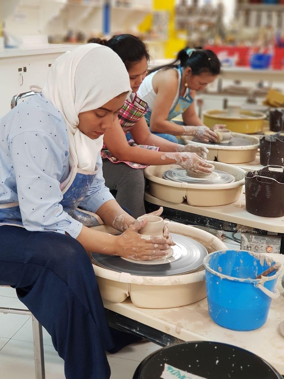سعوديات يعملن في صناعة الخزف (اندبندنت عربية).jpg