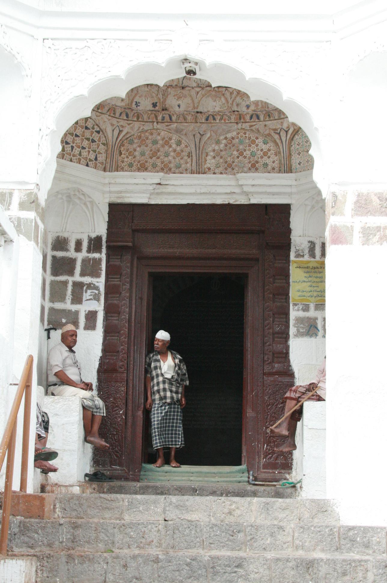 بوابة مسجد العيدروس التاريخي (إندبندنت عربية)