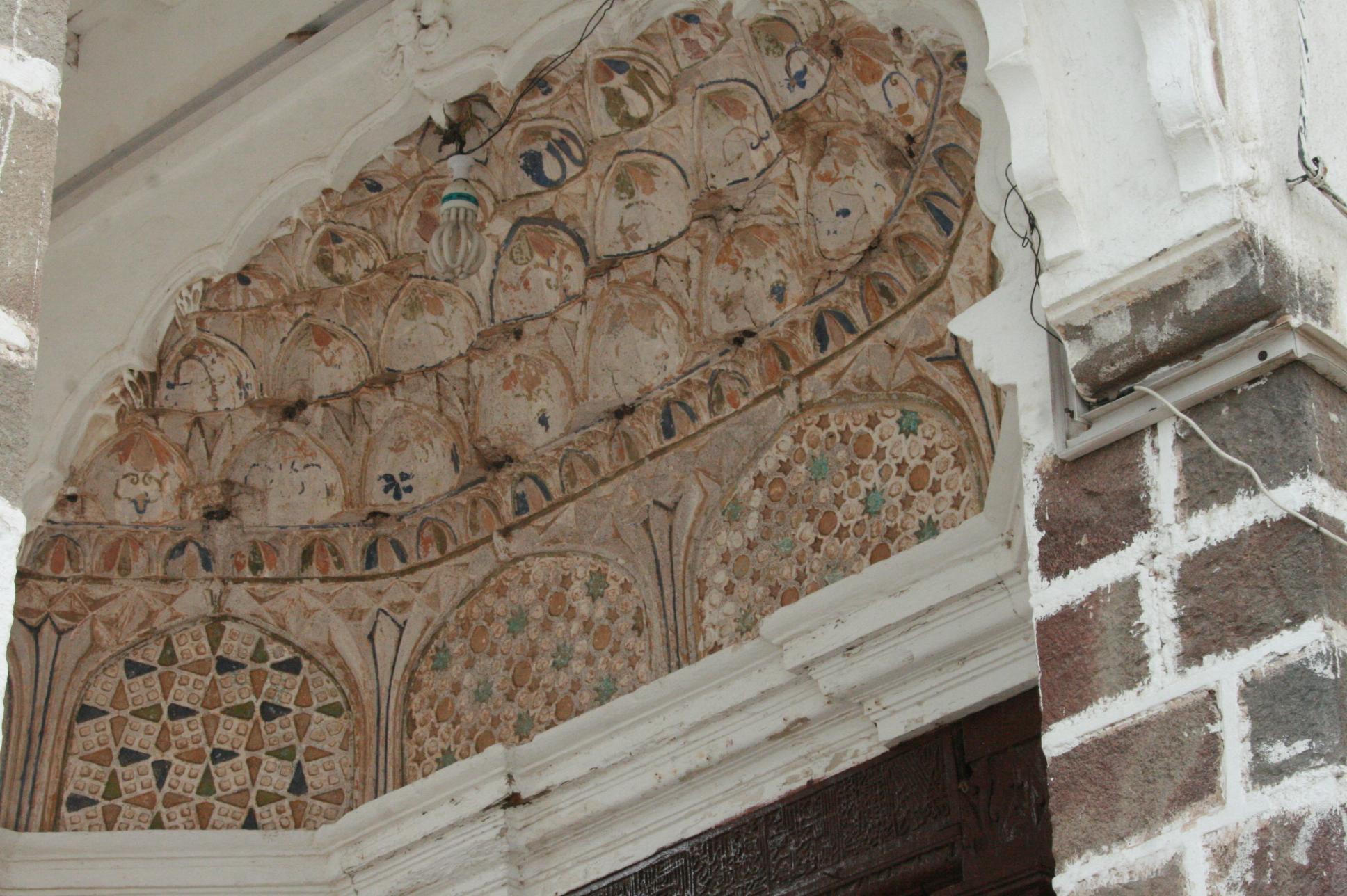 زخارف فنية ولافتة في أسقف مسجد العديروس (إندبندنت عربية)