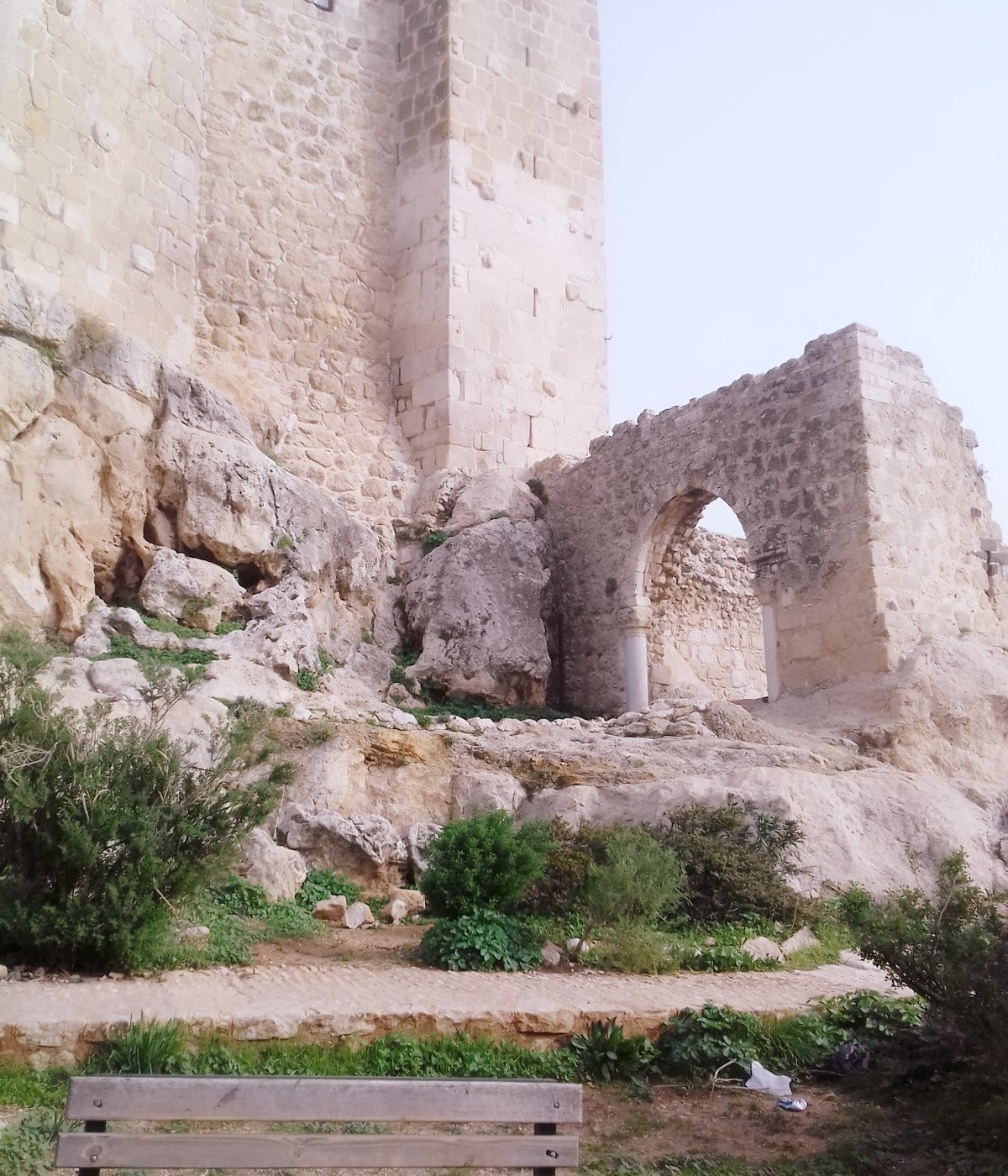 بوابة قلعة مصياف (اندبندنت عربية)