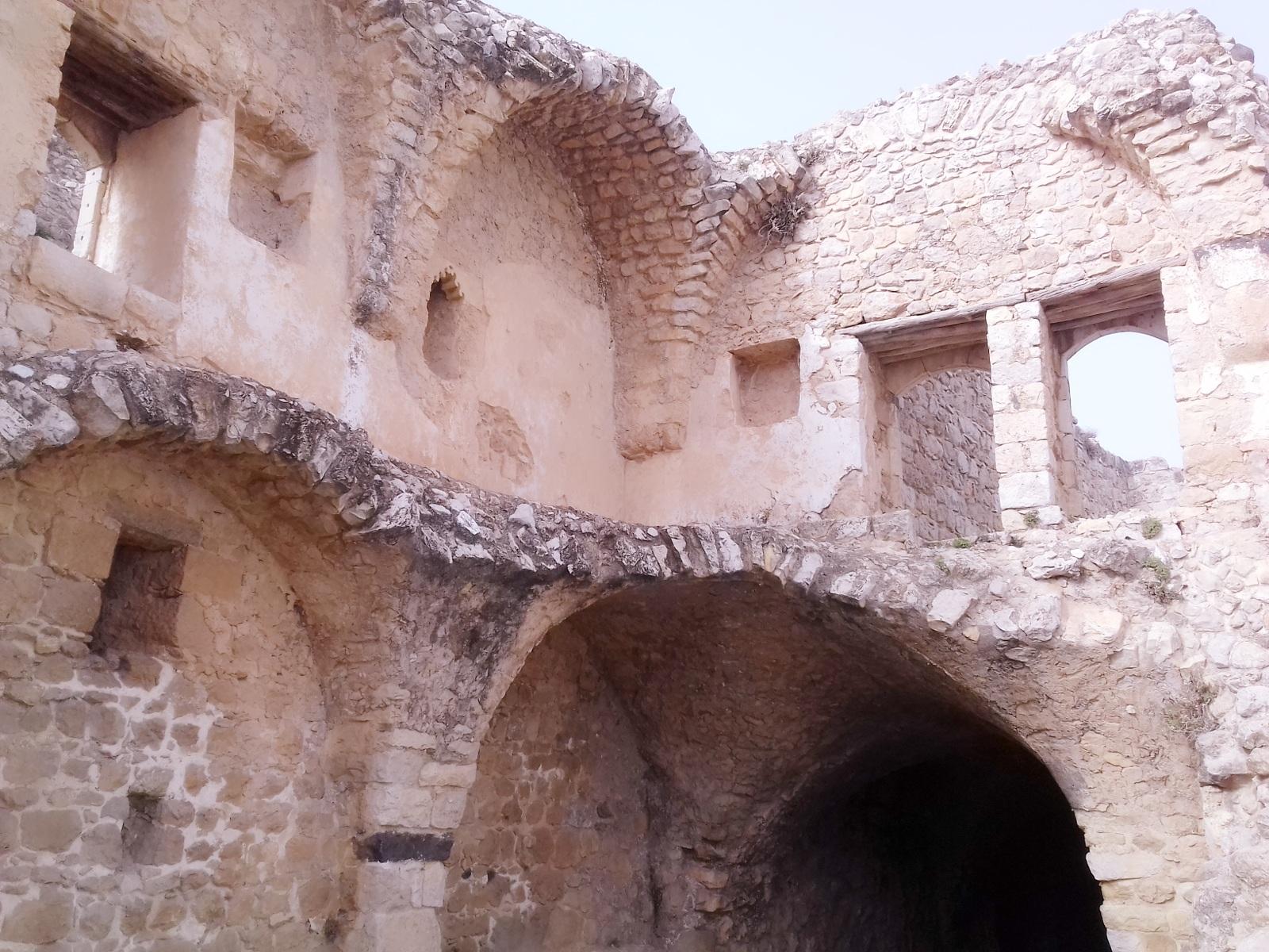 تتفاوت قياسات وألوان حجارة القلعة نظراً لتنوع واختلاف الأساليب المعمارية (اندبندنت عربية)